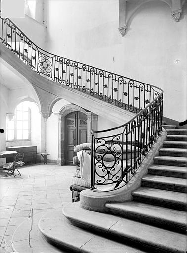 Abbaye Sainte-Marie-Majeure (ancienne), hôpital civil Grand escalier carré dans l'aile ouest du cloître, Queste, P. photographe),
