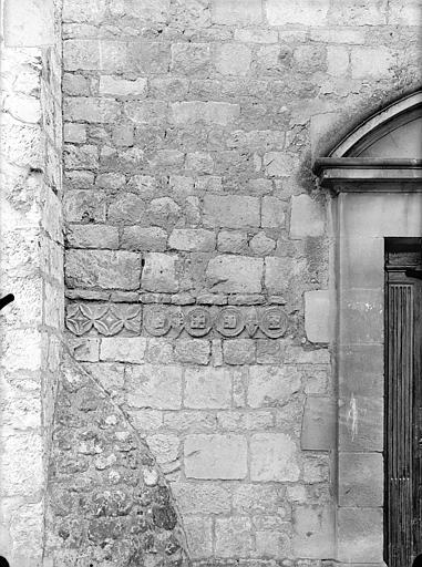 Eglise Saint-Jean de Montierneuf Fragments encastrés à l'est : Frise de rinceaux, Gossin (photographe),
