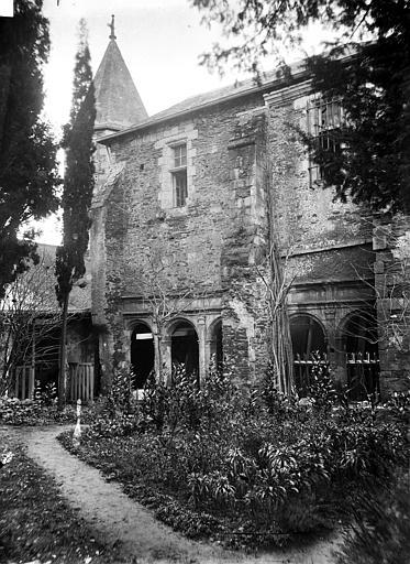 Hôtel-Dieu (ancien hôpital Saint-Jean), Musée archéologique Cloître : Galerie ouest et jardin, Berthault (photographe),