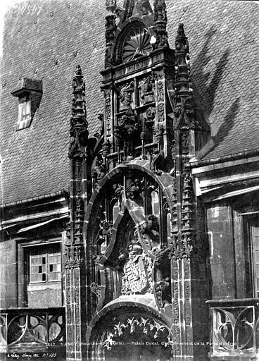 Palais Ducal (ancien) Portail d'entrée : couronnement, Le Secq, Henri (photographe),