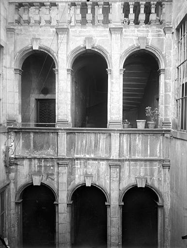 Maison Cour intérieure : Arcades aus étages, Lefèvre-Couton (photographe),