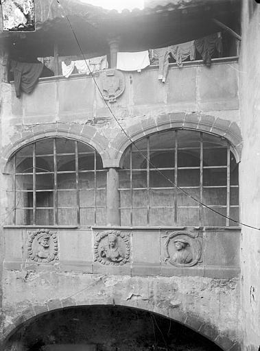 Maison dite de Lucrèce ou Hôtel Fontfreyde Cour intérieure : Galerie du 1er étage, Jarron (photographe),