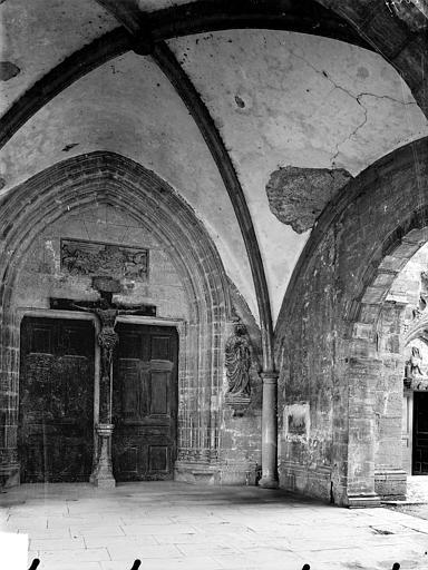 Eglise Saint-Hippolyte Vue intérieure du porche de la façade ouest : Portail, Gossin (photographe),