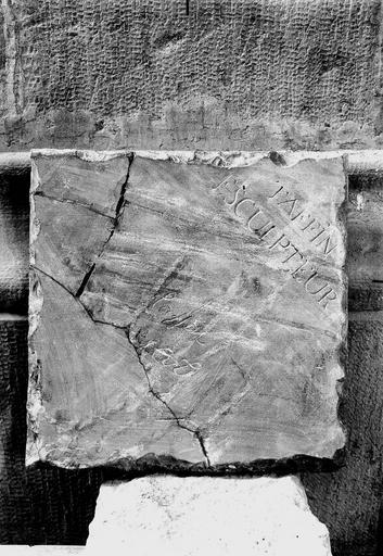 Cathédrale Notre-Dame Pierre de dédicace du maître-autel trouvée dans la maçonnerie, le 16 août 1920, revers, signature du sculpteur, Verneau, G.,
