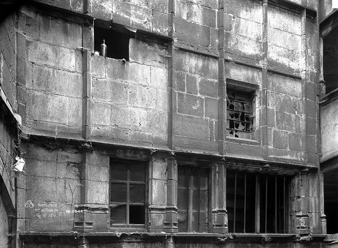 Hôtel Mallet de Vendègre ou Maison du Bailli Cour intérieure : Façade du premier étage, Durand, Eugène (photographe),