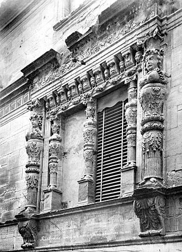 Maison dite des Trois Nourrices Façade sur rue : Encadrement de fenêtre sculpté, Mieusement, Médéric (photographe),