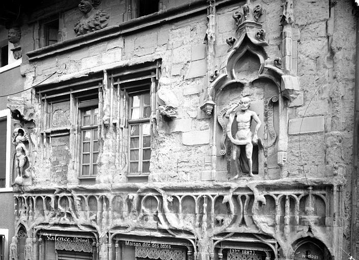 Maison des Têtes Façade sur rue : fenêtres du 1er étage, Mieusement, Médéric (photographe),