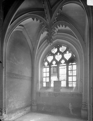 Hôtel Chambellan (ancien) ; Hôtel des ambassadeurs d'Angleterre Chapelle : vue intérieure vers la fenêtre, Heuzé, Henri (photographe),