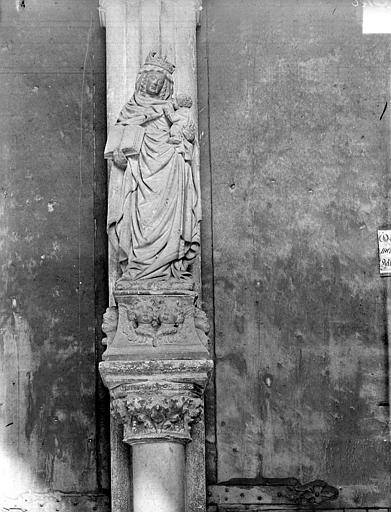 Eglise Notre-Dame Portail de la façade ouest. Statue du trumeau : Vierge à l'Enfant, Gossin (photographe),