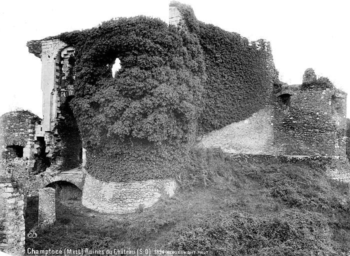 Château de Gilles de Rays (restes) Ruines, côté sud-ouest, Mieusement, Médéric (photographe),