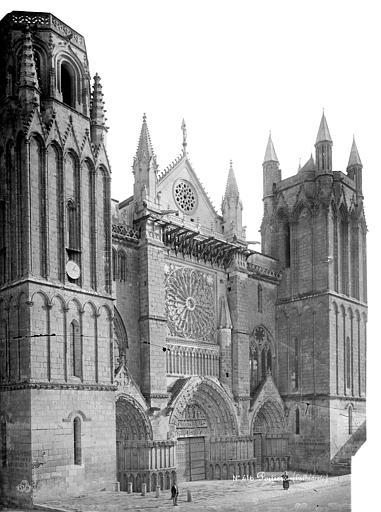 Cathédrale Saint-Pierre Façade ouest en perspective, Mieusement, Médéric (photographe),