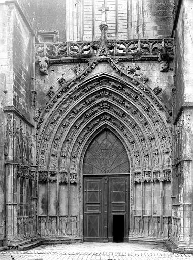 Eglise Saint-Pierre (ancienne cathédrale) et son cloître Portail de la façade ouest, Mieusement, Médéric (photographe),