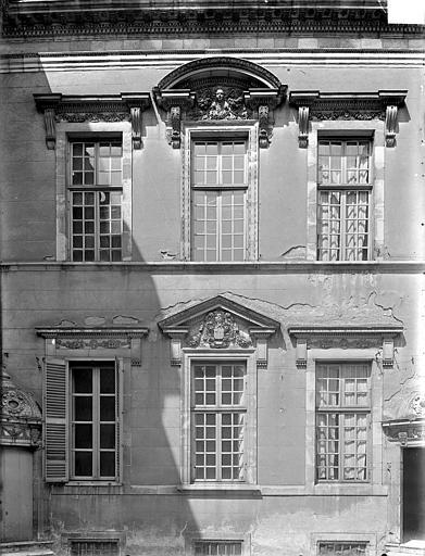 Hôtel de Vogüé Cour intérieure : Fenêtres, Gossin (photographe),