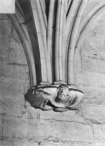 Château Donjon. Console sculptée : Personnage, Vorin,