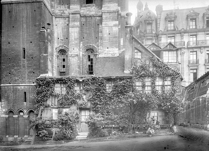 Cathédrale ; Maison ; Fierte Saint-Romain ou chapelle Saint-Romain à la Haute-Vieille-Tour Maison ancienne sous la tour Saint-Romain, Durand, Jean-Eugène (photographe),