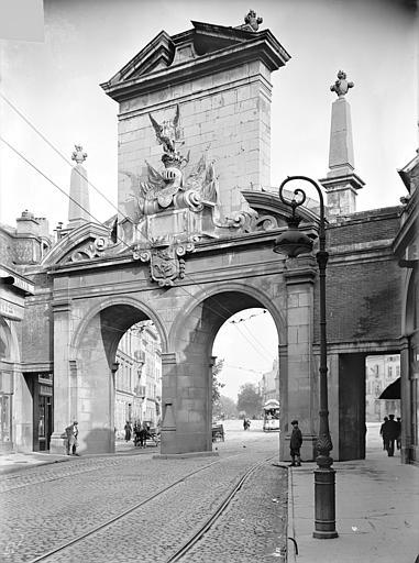 Porte Saint-Nicolas Avant-porte : Vue d'ensemble, du côté de la ville, Queste, P. photographe),