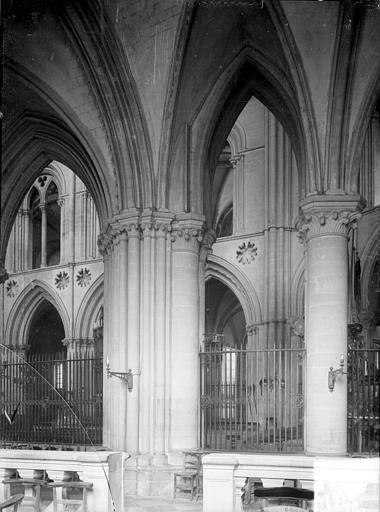 Abbaye aux Hommes (ancienne) ; Eglise abbatiale Saint-Etienne Vue intérieure du choeur prise du déambulatoire, Heuzé, Henri (photographe),