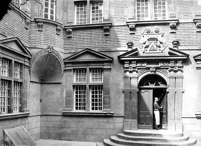Hôtel de Nayzac Façade sur cour : ensemble et homme (valet) à la porte, Mieusement, Médéric (photographe),