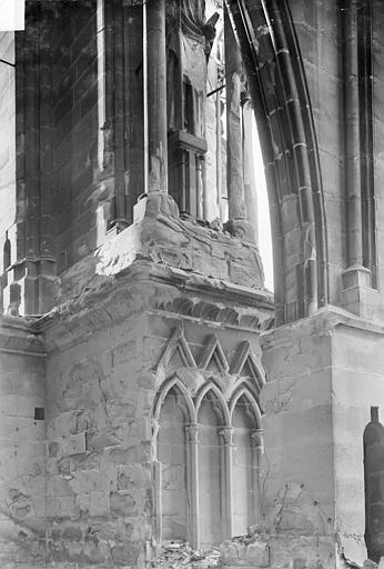 Cathédrale Notre-Dame Contrefort et départ d'un arc-boutant : Vue prise du sommet des voûtes du bas-côté, Sainsaulieu, Max (photographe),