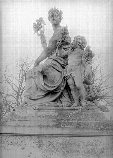 Domaine national, château Groupe sculpté à droite de la grande grille, Durand, Jean-Eugène (photographe),