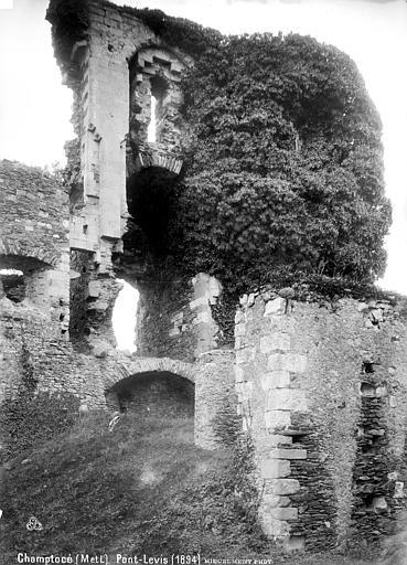 Château de Gilles de Rays (restes) Pont-levis, Mieusement, Médéric (photographe),