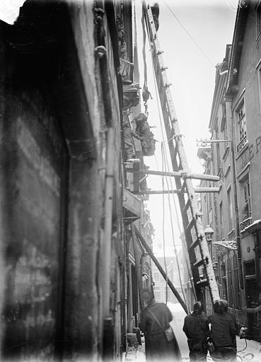 Maison dite des Ménétriers ou des Musiciens Dépose des statues de la façade, Sainsaulieu, Max (photographe),