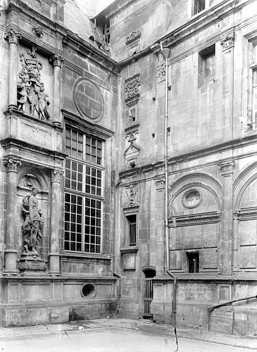 Hôtel d'Escoville (ancien) Cour d'honneur : Angle sud-est, Durand, Jean-Eugène (photographe),