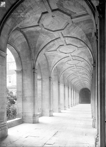 Abbaye aux Hommes (ancienne) Cloître : Vue intérieure d'une galerie, Durand, Jean-Eugène (photographe),