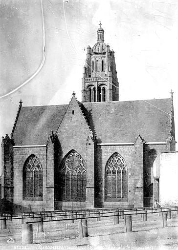 Eglise Abside, homme en blouse de travail en pose dans le foirail, Mieusement, Médéric (photographe),