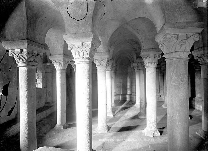 Abbaye aux Dames (ancienne), Eglise de la Trinité Crypte : Vue intérieure vers l'ouest, Durand, Jean-Eugène (photographe),