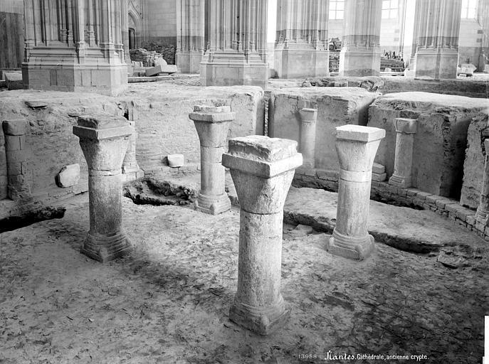 Cathédrale Saint-Pierre Crypte en cours de fouilles : colonnes centrales, Mieusement, Médéric (photographe),