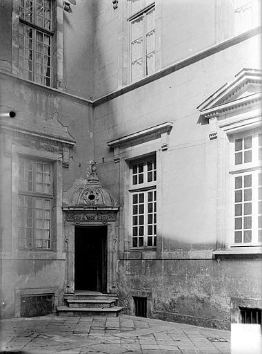 Hôtel de Vogüé Cour intérieure : Petite porte d'encoignure, Gossin (photographe),