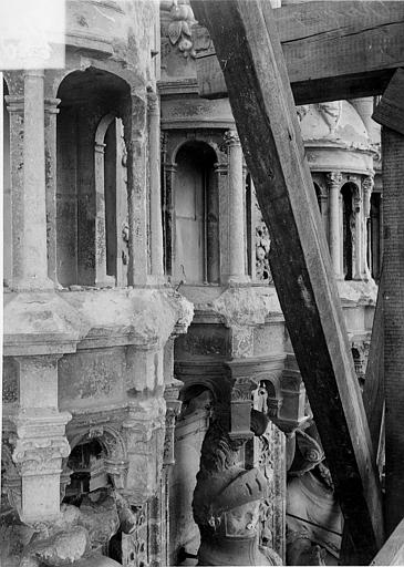 Cathédrale Saint-Maurice Façade ouest, statues de la partie supérieure représentant saint Maurice et ses compagnons en costume militaire du 16e siècle : Dais des 1e, 2e et 3e statues, Vorin,