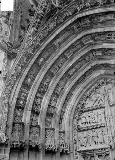 Cathédrale Saint-Etienne Premier portail de la façade ouest : voussure de gauche, Doucet ; Baudet (photographe),