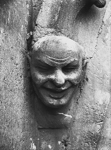 Cathédrale Notre-Dame Tête d'amortissement, arc de l'abside, homme riant, Lajoie, Abel,