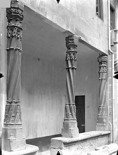 Hôtel Fumey ; Prévôté (ancienne) ; Maison dite des Frères Cour intérieure : Colonnes de la galerie du rez-de-chaussée, Gossin (photographe),