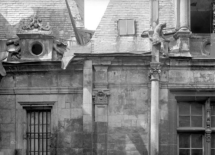 Hôtel d'Escoville (ancien) Façade : détail au niveau de la corniche, Durand, Jean-Eugène (photographe),