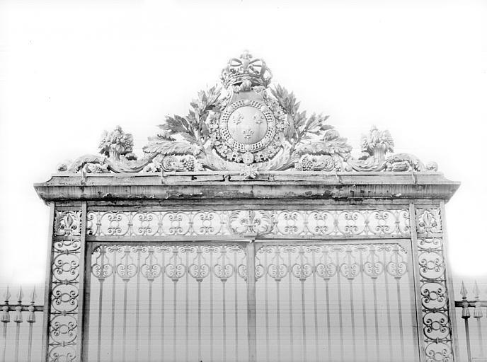 Domaine national, château Porte de la grande grille à l'est : Couronnement, Durand, Jean-Eugène (photographe),