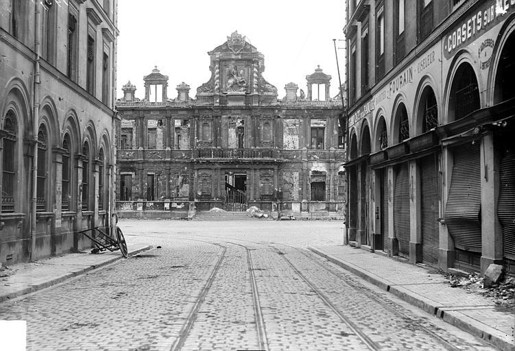 Hôtel de Ville Façade principale prise d'une rue, Goubeau (photographe),