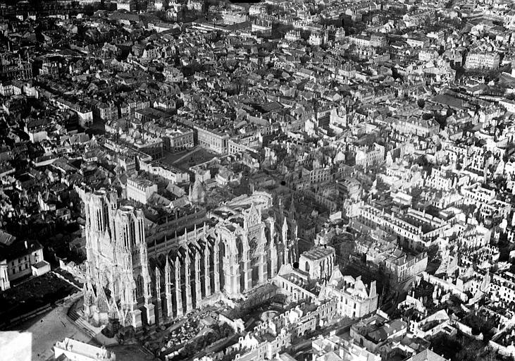 Cathédrale Notre-Dame Vue aérienne du quartier de la cathédrale : Vue prise du sud-ouest, Hermier ; Goubeau (photographe),