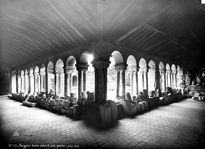 Hôtel-Dieu (ancien hôpital Saint-Jean), Musée archéologique Cloître : Vue intérieure des galeries est et sud, Carlier (photographe),