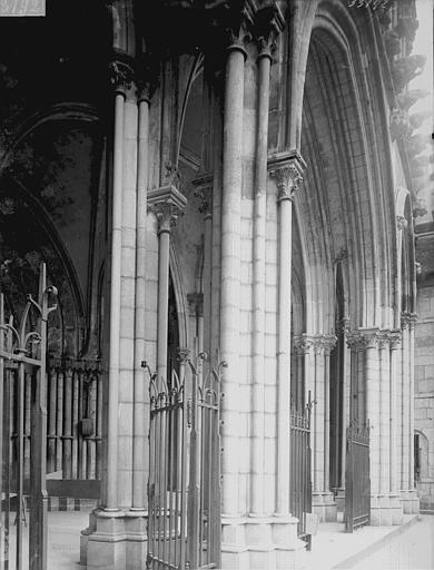 Eglise Notre-Dame Portail ouest: vue diagonale, Enlart, Camille (historien),