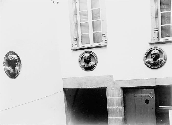 Maison Têtes sculptées sur la façade, Enlart, Camille (historien),