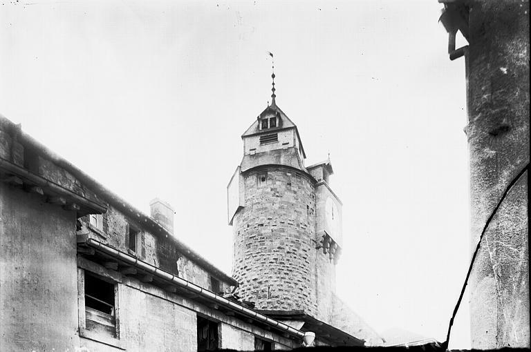 Tour Vue en arrière-plan au-dessus des toits, Enlart, Camille (historien),