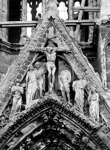 Cathédrale Notre-Dame Portail nord de la façade ouest. Gable : La Crucifixion, Sainsaulieu, Max (photographe),