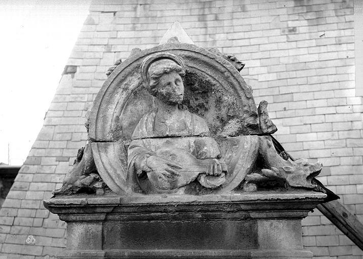 Hôtel d'Escoville (ancien) Grande lucarne : médaillon de sainte Cécile, Durand, Jean-Eugène (photographe),