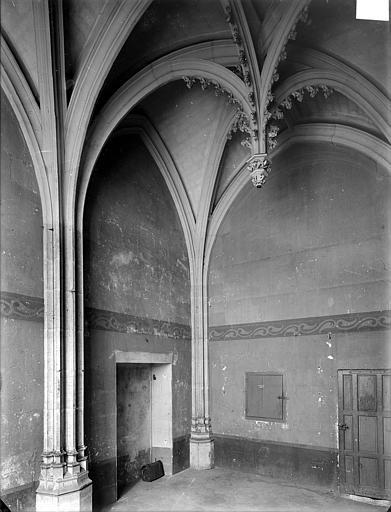 Hôtel Chambellan (ancien) ; Hôtel des ambassadeurs d'Angleterre Chapelle : vue intérieure vers l'entrée, Heuzé, Henri (photographe),