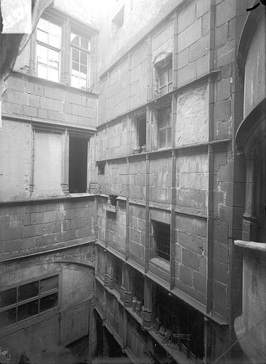 Hôtel Mallet de Vendègre ou Maison du Bailli Cour intérieure : Façade, au niveau des étages supérieurs, Jarron (photographe),