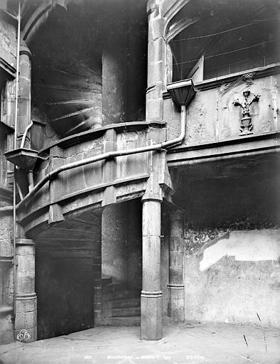 Maison du Notaire, dite aussi maison Desplats ou maison du Lys ou hôtel de Loignat Cour intérieure : Escalier, Neurdein Frères (photographes),