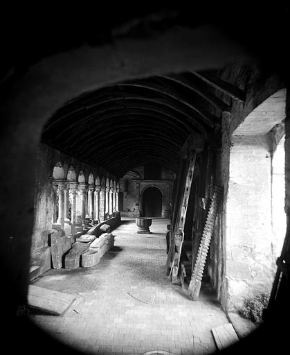 Hôtel-Dieu (ancien hôpital Saint-Jean), Musée archéologique Cloître : Vue intérieure de la galerie sud, Berthault (photographe),